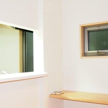 カウンターキッチンの小窓はいろんな使い方ができそう