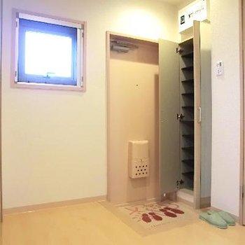 玄関もこんなに広い!靴箱もあります。