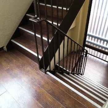 階段を使いましょ。
