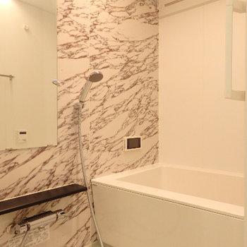 豪華なお風呂。テレビ付きです。※写真は別部屋