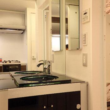 大きな鏡の独立洗面台※写真は別部屋