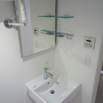 洗面台も独立です!※電気がついていません