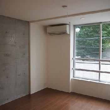 白とコンクリートです!※写真は別部屋
