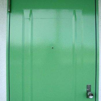 ドアもグリーンで清潔感