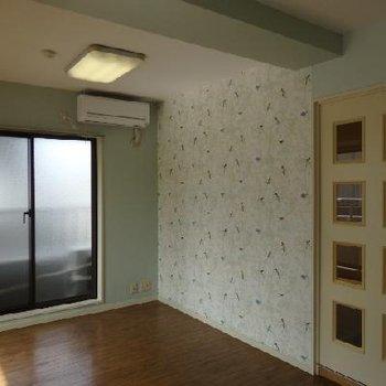 小鳥柄の壁紙にガラス付きドアがアクセントになっています。