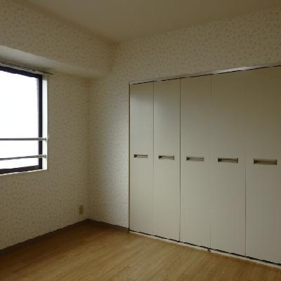 洋室には大きなクローゼット。クーラー設備有り。