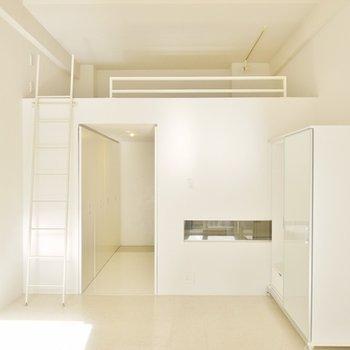 白を基調にした室内。