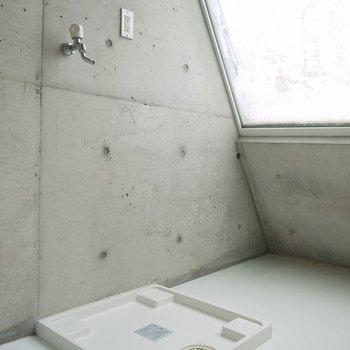 無造作に置かれた洗濯置き場。