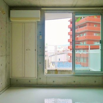 コンクリート打ちっぱなしの室内。