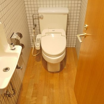 トイレには、手洗い付き。