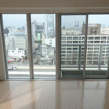 この大きな窓から眺めるは…※写真は別部屋