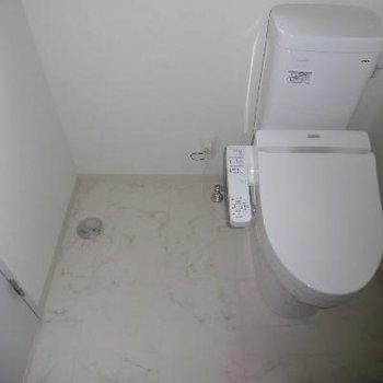 トイレの横に洗濯機*フラッシュ撮影です