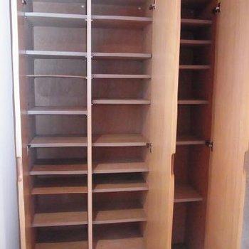 下駄箱あります※写真は別部屋。こんなに広くありません
