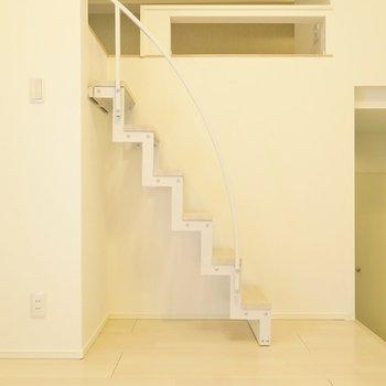カクカク階段でロフトへ。