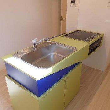 キッチンは、、、、なかなか奇抜なデザイン!3口のIHです