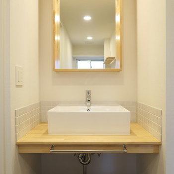 洗面台は木枠ミラーとタイルがアクセントに