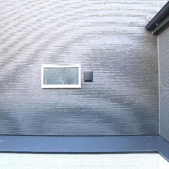 眺望は。。。窓はエントランス向き。