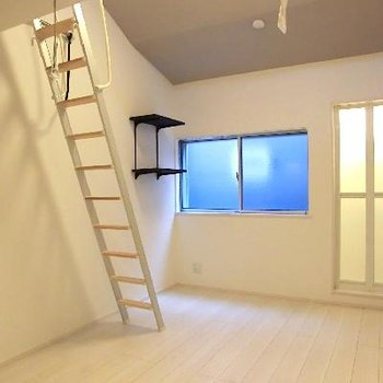 天井が高い。壁には飾り棚。小ワザ感がいいです。