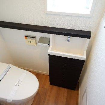 トイレには、ウォシュレット&窓&専用洗面台が◎