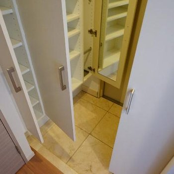 玄関は下駄箱がとっても大容量!