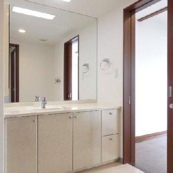 洗面台には大きな鏡!