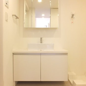 脱衣スペース兼洗面所。ミラーの後ろも収納!