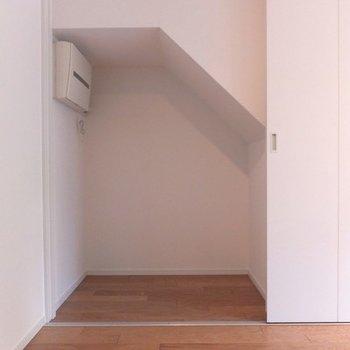 階段下収納あり!