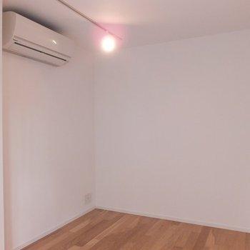 玄関を入ってすぐ寝室です。スライドドアで仕切れます