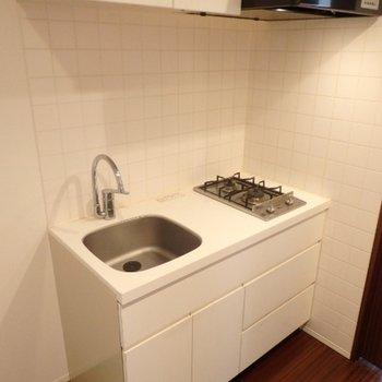 キッチン、横に冷蔵庫が置けるスペースがあります