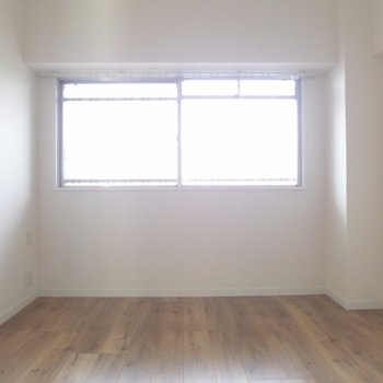 玄関横の洋室も窓付きです!