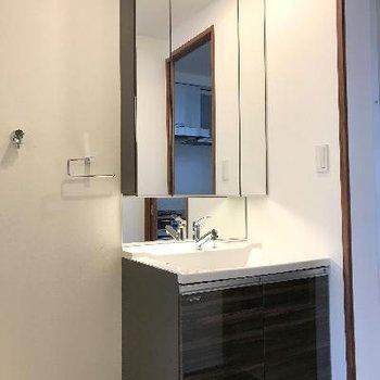 立派な独立洗面台※画像は1401号室ものです