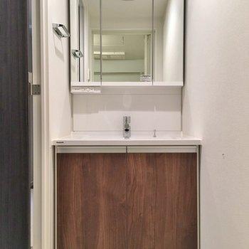 洗面台もブラウン。ミラーが大きくて良いですね◎※写真は403号室