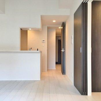 カウンターキッチンがあるスタイリッシュなお部屋。※写真は403号室