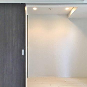反対側から見ると。2.2帖の洋室があるのです。※写真は403号室