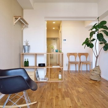 好みの家具が合わせやすいナチュラルな床材です。