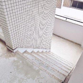 こちらの階段で4階madeGO!