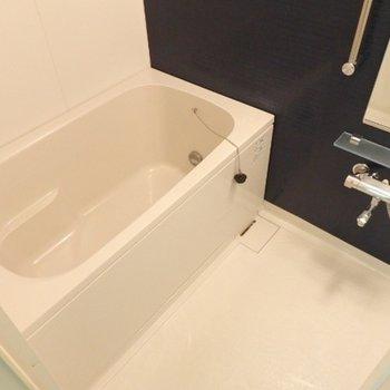 お風呂、壁の色がアクセントですね