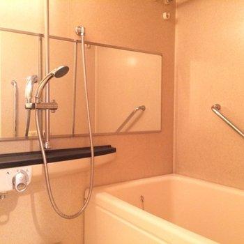 長い鏡が付いた浴室