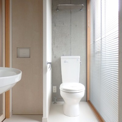 広々としたトイレ、コンクリの壁が良い!