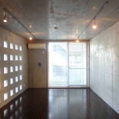 キッチンからの眺め、やっぱり壁がカッコ良いですね〜!