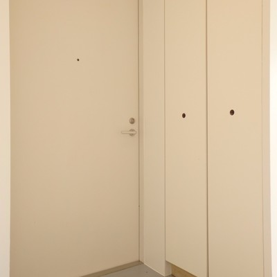 玄関の白く大きなドア、こっちにも収納!