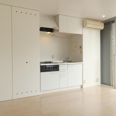 白い壁…ではなく、収納スペースです!
