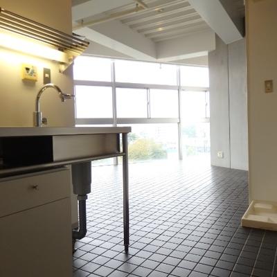 右の方に映るのは、洗濯機置き場です