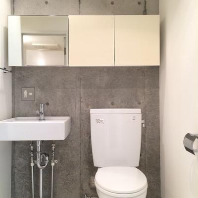 トイレと洗面台。ウォシュレットはありません