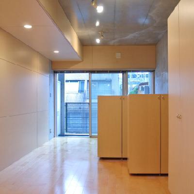 可動式の収納棚付き※画像は別室です