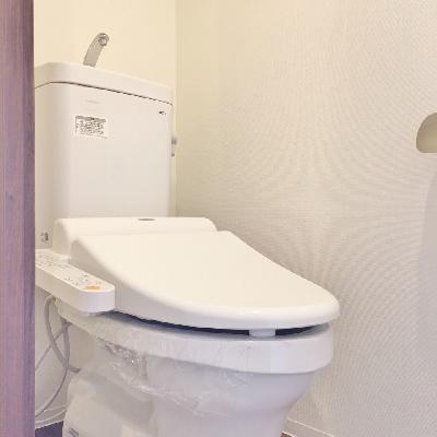 トイレはふつうかな。小さな棚があります。