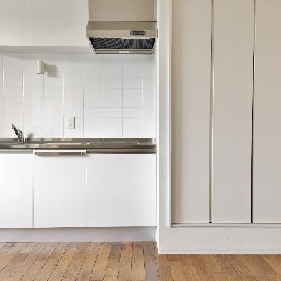 左を向くと。クローゼットと見せかけて、洗濯機置き場&給湯器。