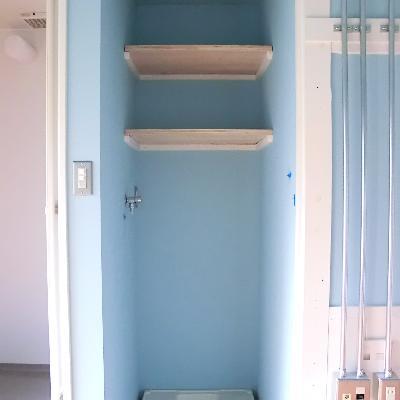 洗濯機置き場も抜かりなく、水色!