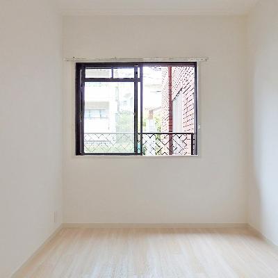 洋室にもしっかり小窓がついてます。