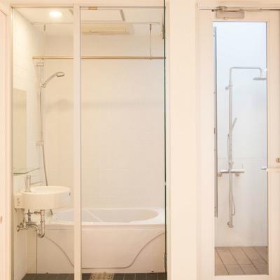 お風呂はガラス壁、そして吹抜部にシャワー?!